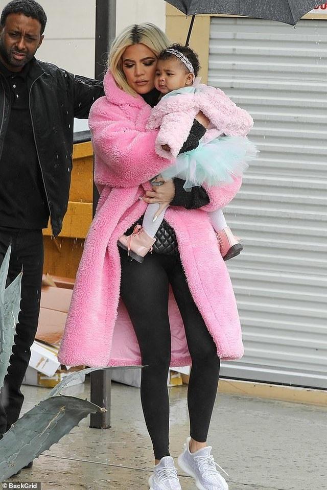 Khloe Kardashian sành điệu bế con ra phố - 3