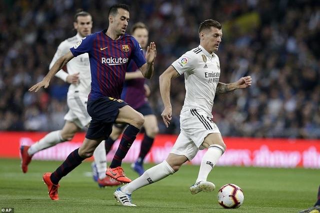 10498524-6764499-Real_Madrid_playmaker_Toni_Kroos_is_stalked_by_Barcelona_enforce-a-60_1551562582884.jpg
