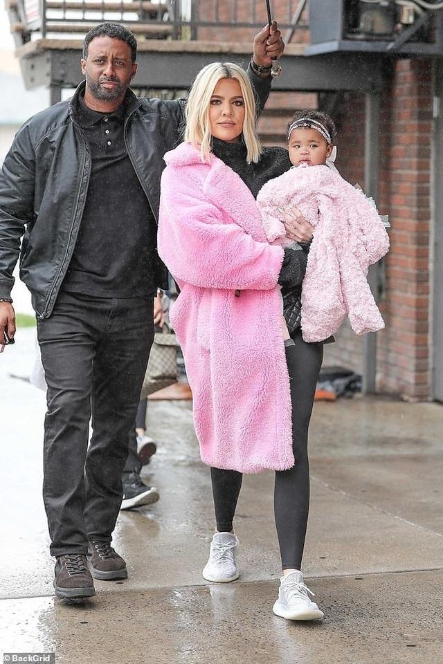 Khloe Kardashian sành điệu bế con ra phố - 1