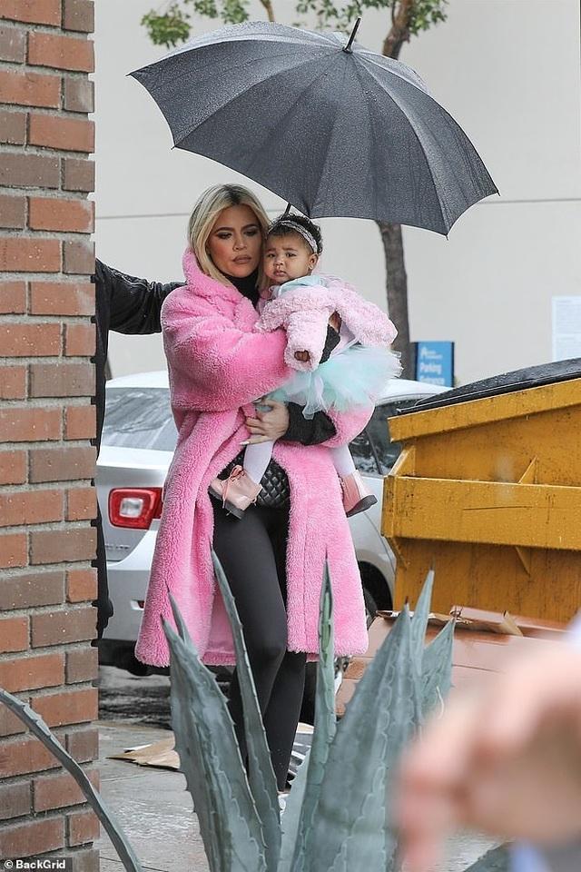 Khloe Kardashian sành điệu bế con ra phố - 4