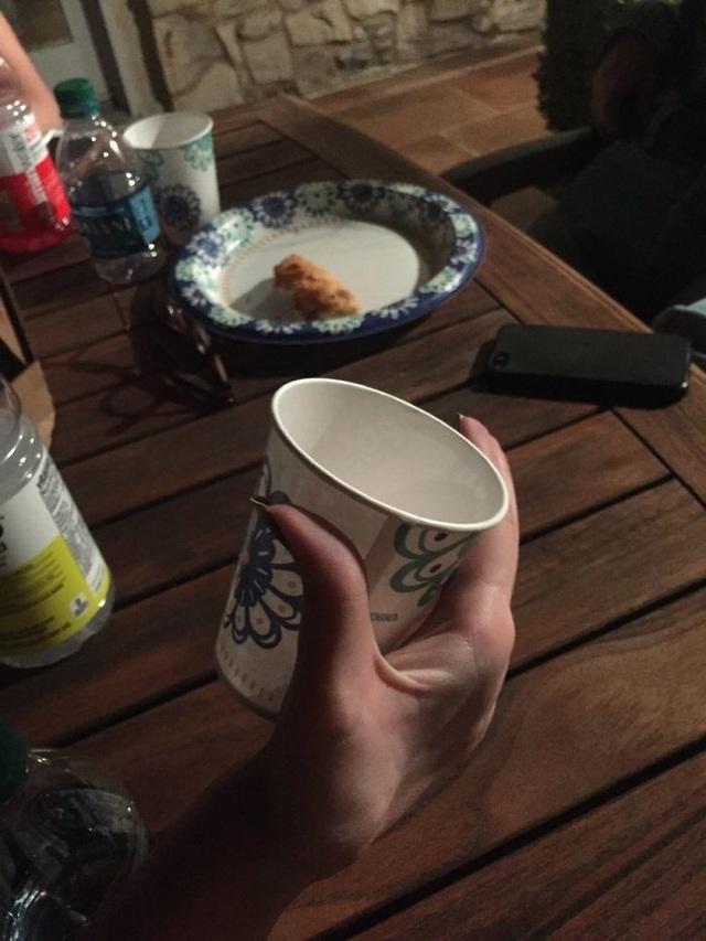 Cười té ghế với trào lưu ảnh cách tệ nhất để bạn cầm một cốc nước  - 6