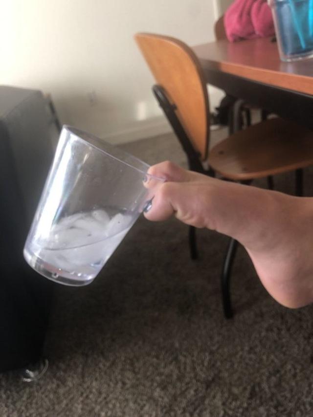 Cười té ghế với trào lưu ảnh cách tệ nhất để bạn cầm một cốc nước  - 8