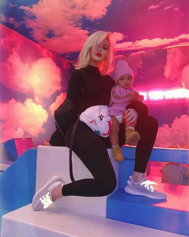 Khloe Kardashian sành điệu bế con ra phố - 5