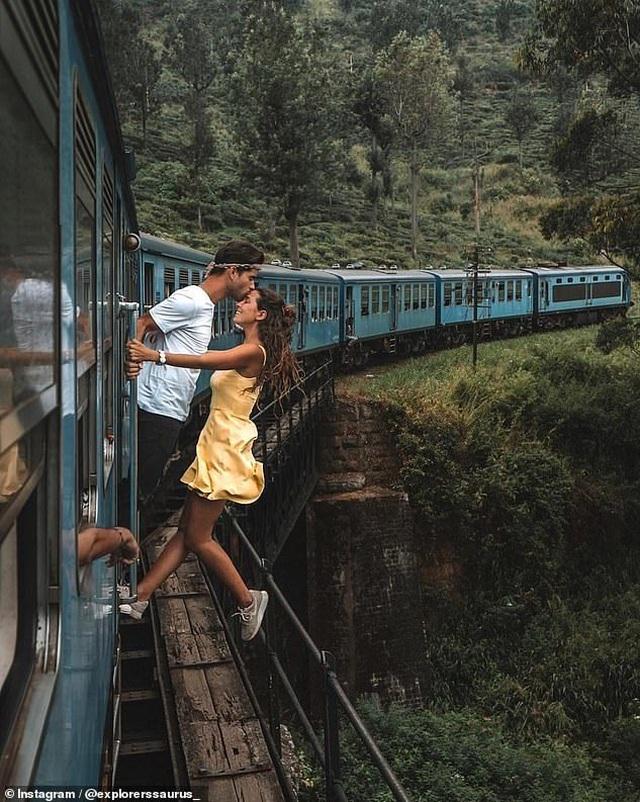 Cặp đôi bị chỉ trích khi đu người ra ngoài tàu hỏa để... kiếm ảnh triệu like - 1