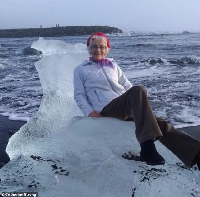 """Cụ bà ngồi trên tảng băng tạo dáng như """"nữ hoàng"""" và cái kết bất ngờ  - 1"""
