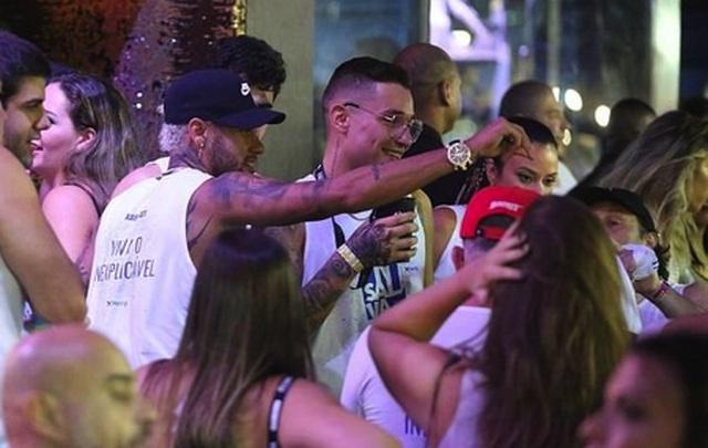 """Nghỉ thi đấu do chấn thương, Neymar tranh thủ """"quẩy tới bến"""" cùng nàng ca sĩ xinh đẹp"""