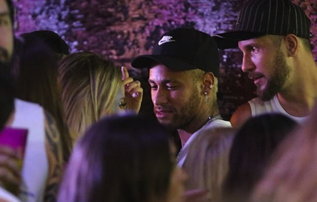 """Nghỉ thi đấu do chấn thương, Neymar tranh thủ """"quẩy tới bến"""" cùng nàng ca sĩ xinh đẹp - 2"""