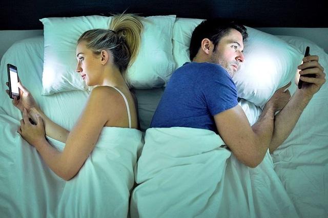 """""""Yêu"""" điện thoại hơn cả nửa kia, hôn nhân của chúng ta đang dần nguội lạnh"""