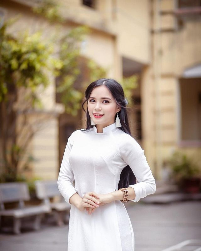 thieu-nu-tang-hoa-tong-thong-trumpdocx-1551226391059.jpeg