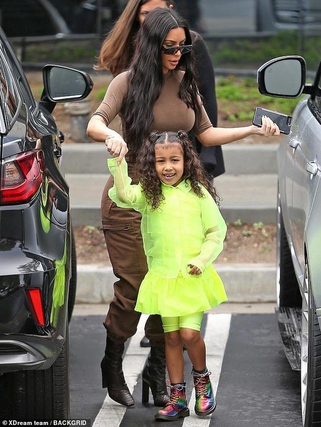 Kim Kardashian cùng chồng con tới nhà thờ  - 2