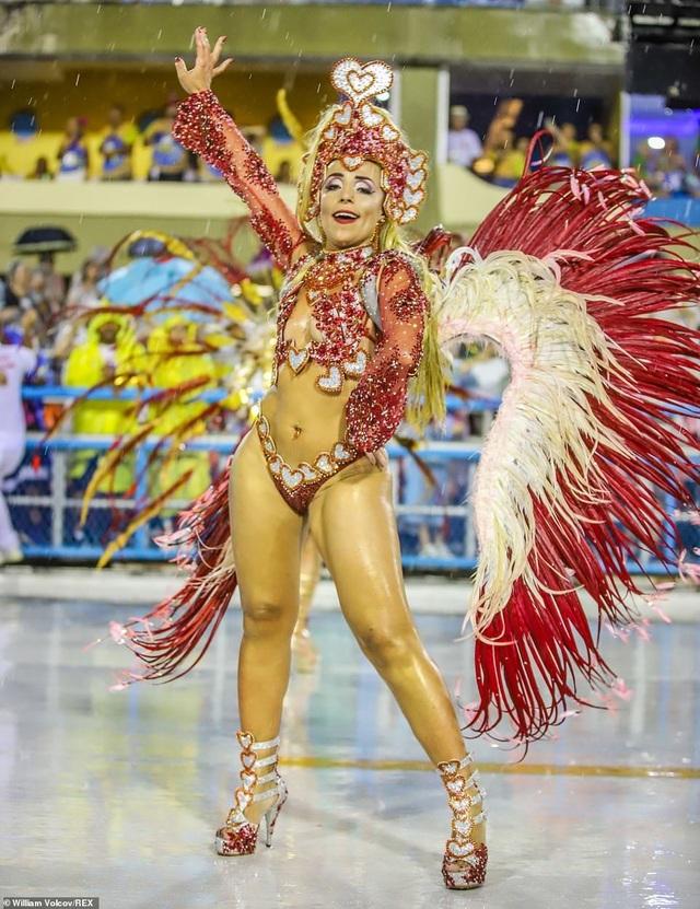 """Vẻ đẹp khỏe khoắn """"bốc lửa"""" của những vũ nữ Brazil - Ảnh minh hoạ 10"""