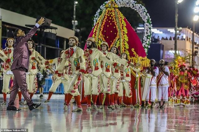 """Vẻ đẹp khỏe khoắn """"bốc lửa"""" của những vũ nữ Brazil - Ảnh minh hoạ 17"""
