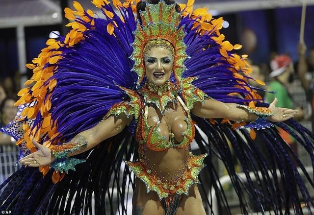 """Vẻ đẹp khỏe khoắn """"bốc lửa"""" của những vũ nữ Brazil - Ảnh minh hoạ 14"""