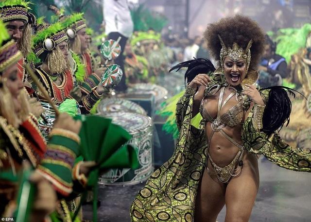 """Vẻ đẹp khỏe khoắn """"bốc lửa"""" của những vũ nữ Brazil - Ảnh minh hoạ 15"""