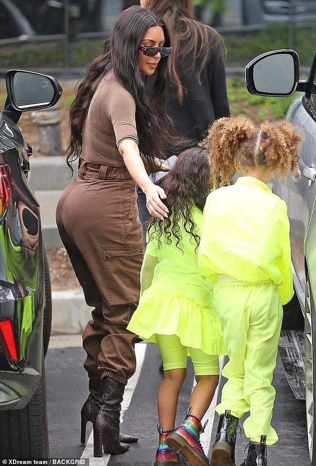 Kim Kardashian cùng chồng con tới nhà thờ  - 1