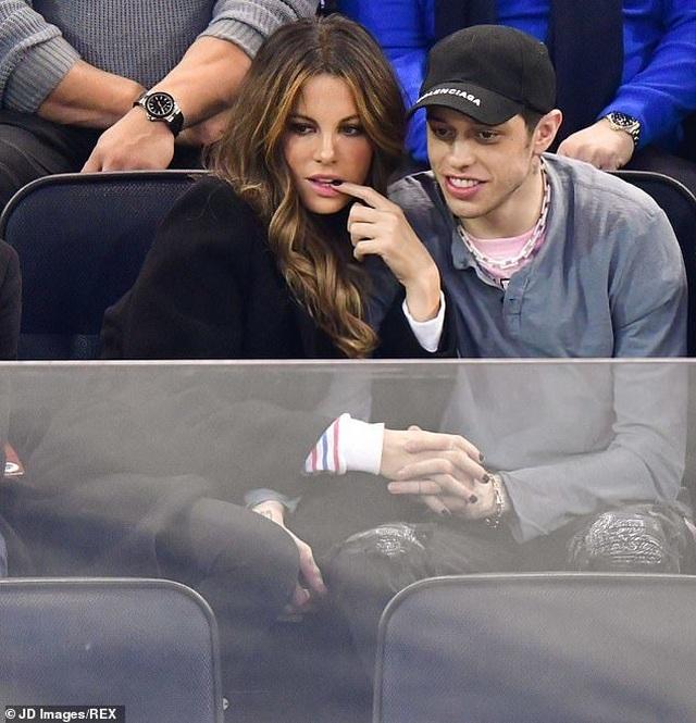 Kate Beckinsale hôn say đắm bạn trai kém 20 tuổi - 6