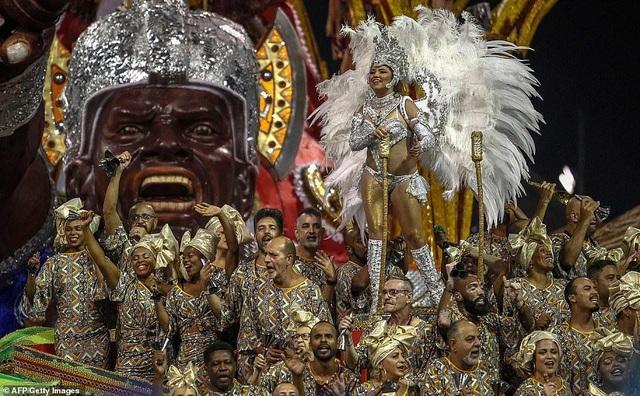"""Vẻ đẹp khỏe khoắn """"bốc lửa"""" của những vũ nữ Brazil - Ảnh minh hoạ 9"""