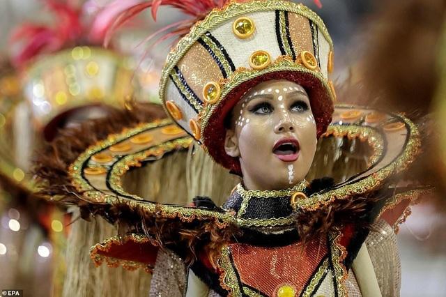 """Vẻ đẹp khỏe khoắn """"bốc lửa"""" của những vũ nữ Brazil - Ảnh minh hoạ 8"""