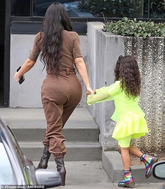 Kim Kardashian cùng chồng con tới nhà thờ  - 3