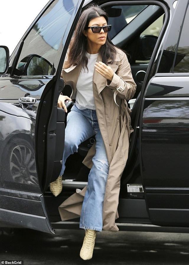 Kim Kardashian cùng chồng con tới nhà thờ  - 7