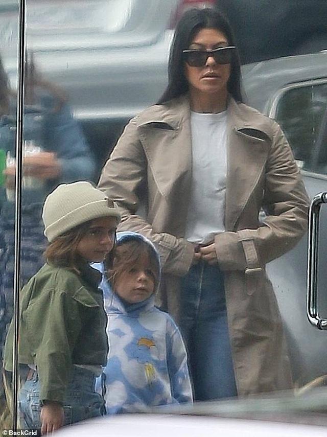 Kim Kardashian cùng chồng con tới nhà thờ  - 6