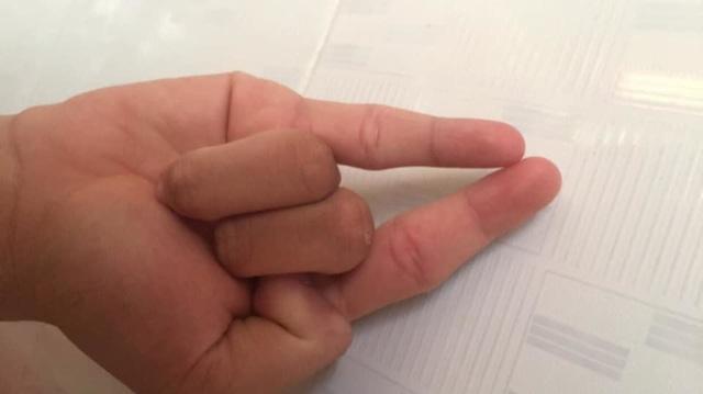 Trào lưu The Flash Challenge thử thách độ dẻo ngón tay gây sốt mạng - 10