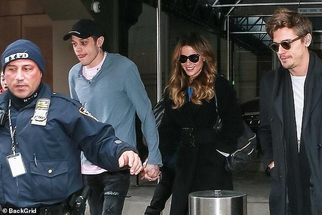 Kate Beckinsale nắm tay bạn trai kém 20 tuổi ra phố  - 1