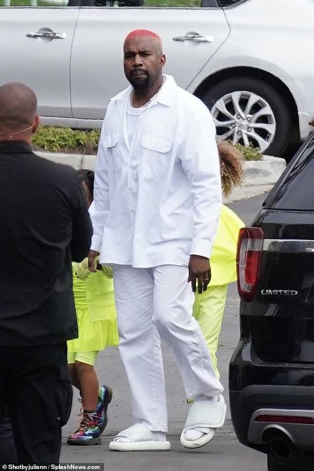Kim Kardashian cùng chồng con tới nhà thờ  - 5
