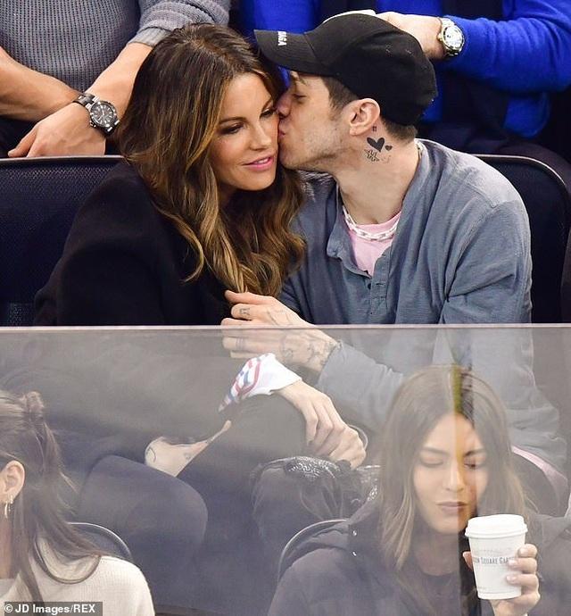 Kate Beckinsale hôn say đắm bạn trai kém 20 tuổi - 4