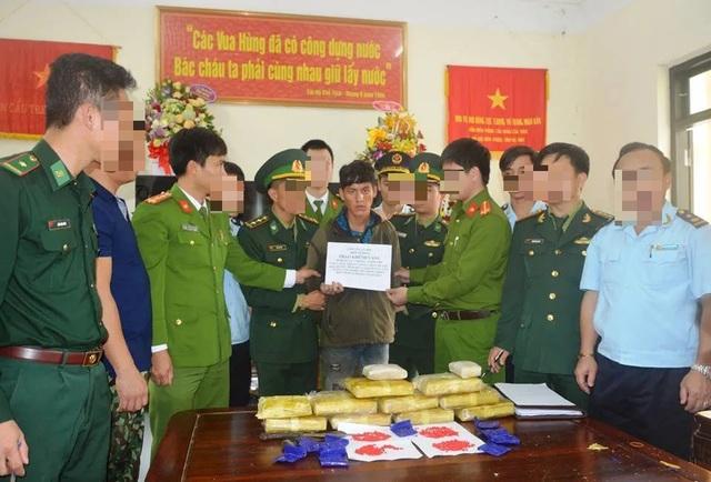 Tóm gọn đối tượng người Lào mang 60.000 viên ma túy vào Việt Nam - 1