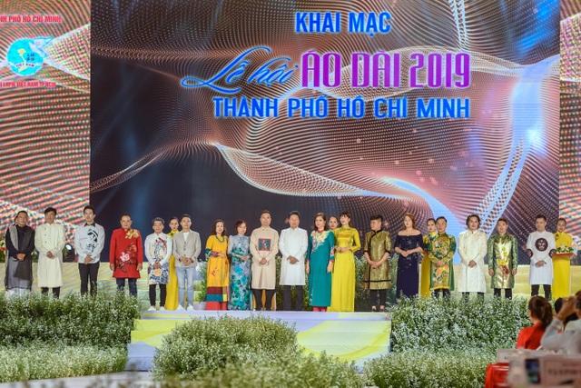 NTK Đỗ Trịnh Hoài Nam ghi dấu ấn với 99 áo dài Quốc kỳ  - 1