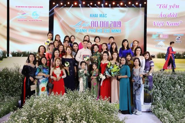 NTK Đỗ Trịnh Hoài Nam ghi dấu ấn với 99 áo dài Quốc kỳ  - 2