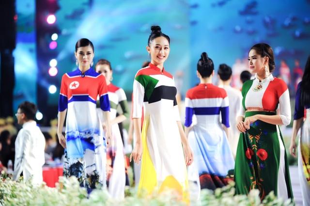 NTK Đỗ Trịnh Hoài Nam ghi dấu ấn với 99 áo dài Quốc kỳ  - 3