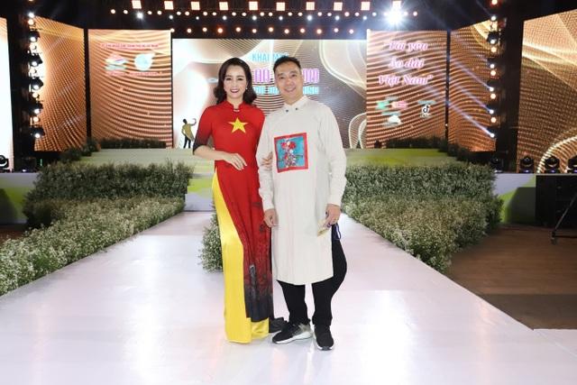 NTK Đỗ Trịnh Hoài Nam ghi dấu ấn với 99 áo dài Quốc kỳ  - 4