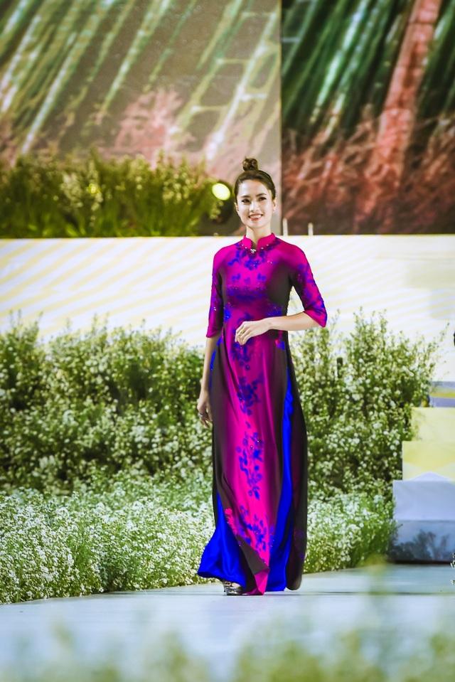 NTK Đỗ Trịnh Hoài Nam ghi dấu ấn với 99 áo dài Quốc kỳ  - 6