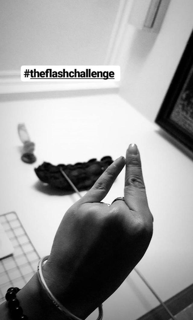 Trào lưu The Flash Challenge thử thách độ dẻo ngón tay gây sốt mạng - 7