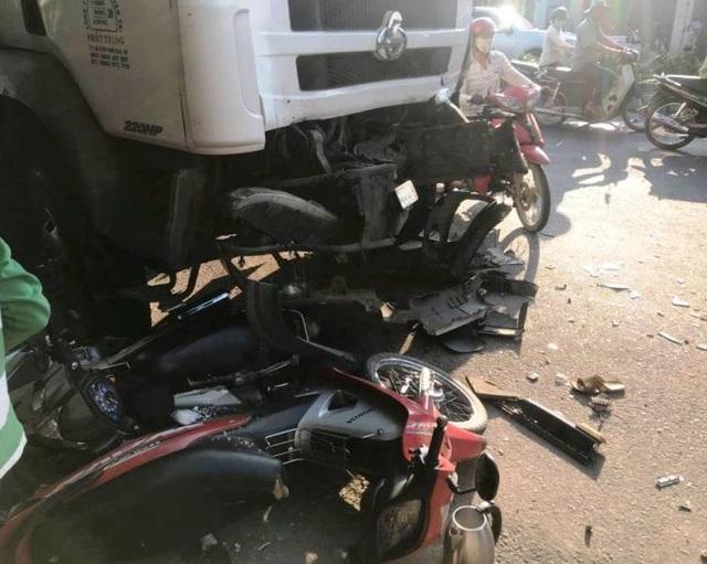 Xe tải gây nạn liên hoàn, 3 người nhập viện - 2