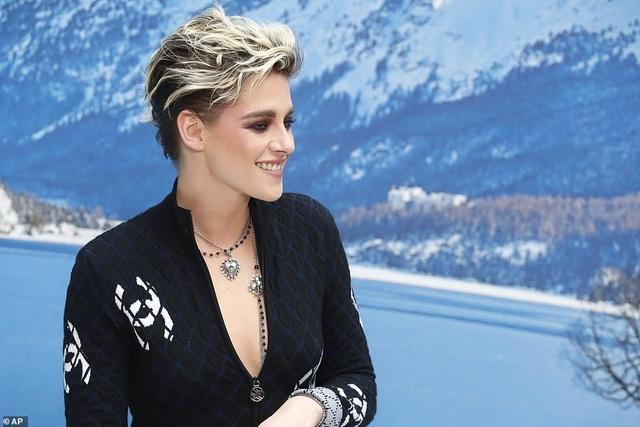 Kristen Stewart nổi bật trong show của Chanel, người mẫu rơi lệ trên sàn catwalk  - 1