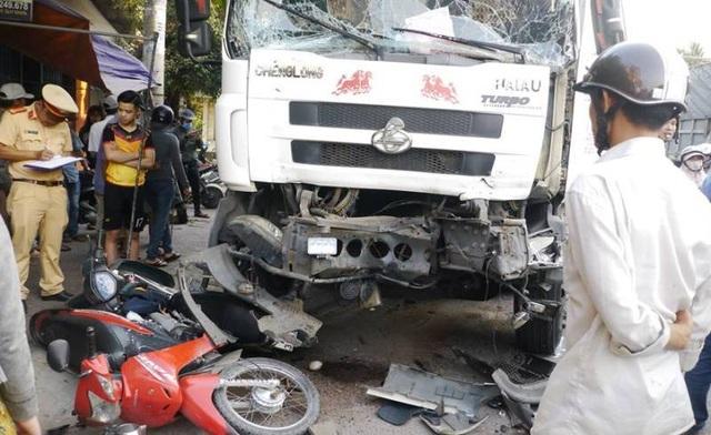 Xe tải gây nạn liên hoàn, 3 người nhập viện - 1