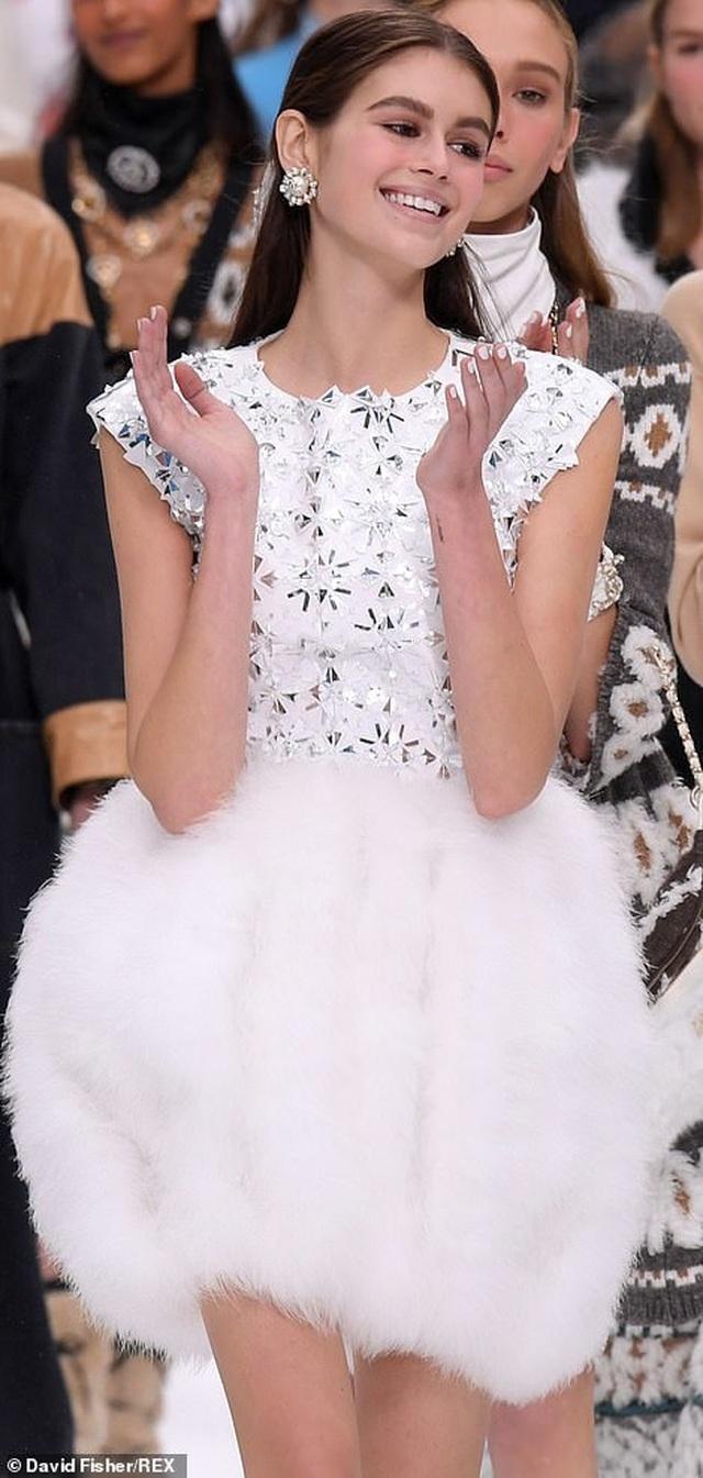 Kristen Stewart nổi bật trong show của Chanel, người mẫu rơi lệ trên sàn catwalk  - 10