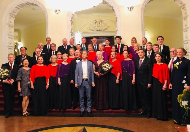 Đại sứ Thụy Điển ngẫu hứng hát cùng dàn đồng ca  - 1