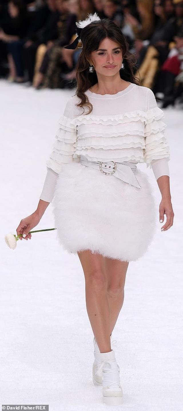 Kristen Stewart nổi bật trong show của Chanel, người mẫu rơi lệ trên sàn catwalk  - 11