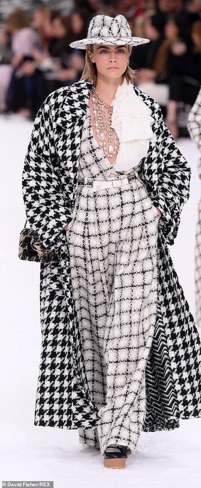 Kristen Stewart nổi bật trong show của Chanel, người mẫu rơi lệ trên sàn catwalk  - 6