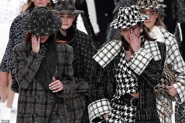Kristen Stewart nổi bật trong show của Chanel, người mẫu rơi lệ trên sàn catwalk  - 7