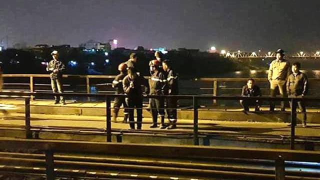 Đi bộ trên đường ray, người đàn ông bị tàu húc rơi xuống sông Hồng - 1