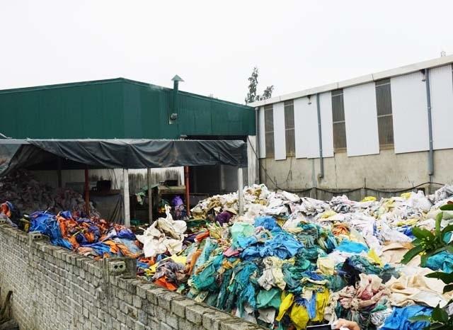 Nghệ An: Người dân ngộp thở, sông bị bức tử bởi xưởng sản xuất hạt nhựa tái chế - 1