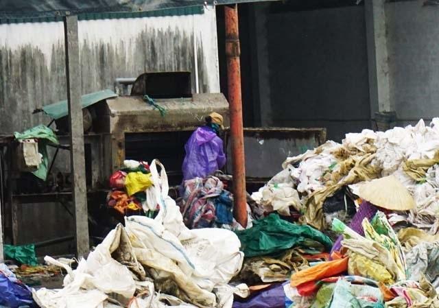 Nghệ An: Người dân ngộp thở, sông bị bức tử bởi xưởng sản xuất hạt nhựa tái chế - 5