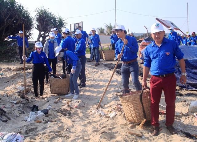 Bình Định: Công an, bộ đội, thanh niên, học sinh nhặt rác làm sạch biển - 2