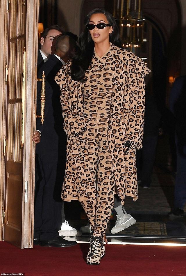 Kim Kardashian bị chê khi mặc nguyên cây đồ da báo - 1