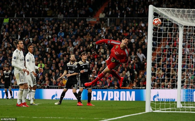 10622174-6774553-Lasse_Schone_whipped_a_looping_free_kick_over_the_Real_Madrid_go-a-2_1551824603820.jpg